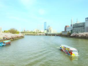 水陸両用観光バスと大阪ビジネスパークの写真素材 [FYI04773455]