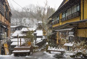 熊本県 黒川温泉の雪景色の写真素材 [FYI04773588]