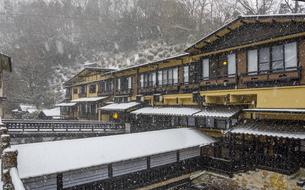 熊本県 黒川温泉の雪景色の写真素材 [FYI04773590]