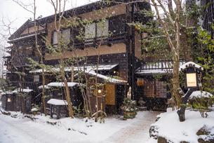 熊本県 黒川温泉の雪景色の写真素材 [FYI04773593]