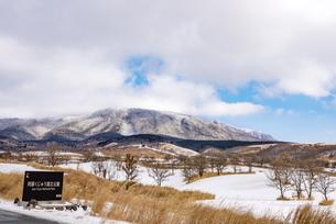 熊本県 阿蘇 やまなみハイウェイからの雪景色の写真素材 [FYI04773626]