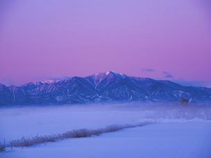 日高山脈と朝焼けの写真素材 [FYI04773644]