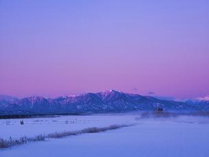 日高山脈と朝焼けの写真素材 [FYI04773645]