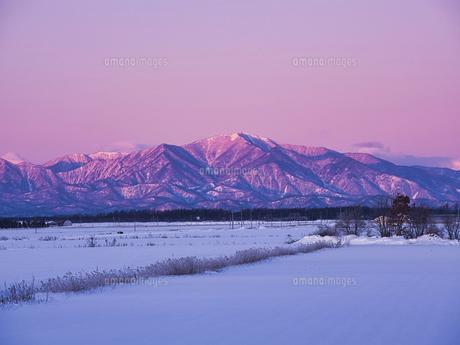 日高山脈と朝焼けの写真素材 [FYI04773646]