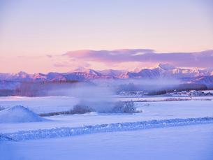 日高山脈と朝焼けの写真素材 [FYI04773648]