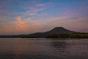 阿寒岳と阿寒湖の夕日の写真素材 [FYI04773709]