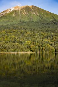 雌阿寒岳とオンネトーの水面の写真素材 [FYI04773721]
