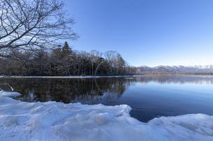 北海道 屈斜路湖の冬の風景の写真素材 [FYI04773742]