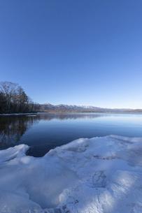 北海道 屈斜路湖の冬の風景の写真素材 [FYI04773743]