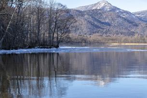 北海道 屈斜路湖の冬の風景の写真素材 [FYI04773744]