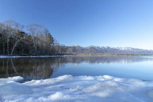 北海道 屈斜路湖の冬の風景の写真素材 [FYI04773746]