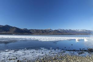 北海道 屈斜路湖の冬の風景の写真素材 [FYI04773750]