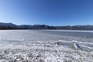 北海道 屈斜路湖の冬の風景の写真素材 [FYI04773756]