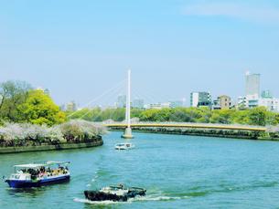 川崎橋と遊覧船の写真素材 [FYI04773794]