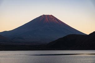 夕日に照らされる富士山と本栖湖の写真素材 [FYI04773798]