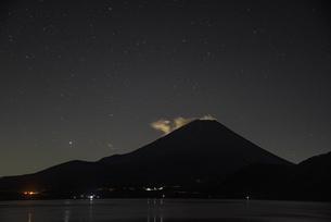 本栖湖から望む富士山と星空の写真素材 [FYI04773800]