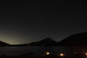 本栖湖から望む富士山、星空、キャンプの写真素材 [FYI04773801]
