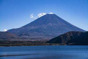 富士山と本栖湖と雲の写真素材 [FYI04773809]