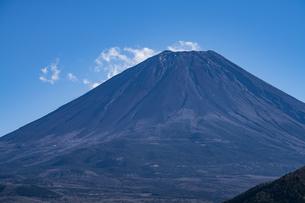 富士山の山頂と雲の写真素材 [FYI04773810]