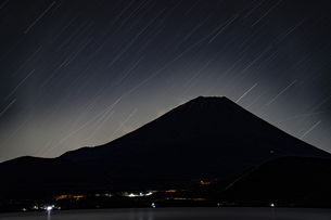 富士山と星の軌跡:本栖湖からの展望の写真素材 [FYI04773811]