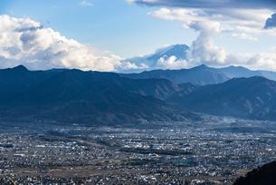 富士山と山梨市街の写真素材 [FYI04773813]