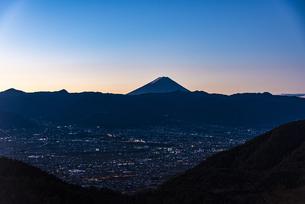明け方の富士山と山梨市街の写真素材 [FYI04773816]