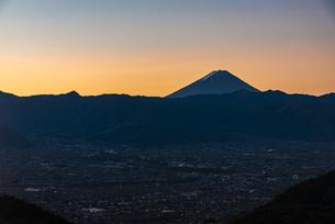 朝日の富士山と山梨市街の写真素材 [FYI04773817]