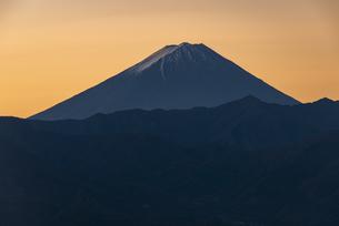 山梨市から望む朝日の富士山の写真素材 [FYI04773819]