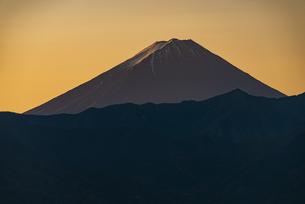 山梨市から望む朝日の富士山の写真素材 [FYI04773822]