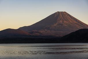夕日に照らされる富士山と本栖湖の写真素材 [FYI04773834]