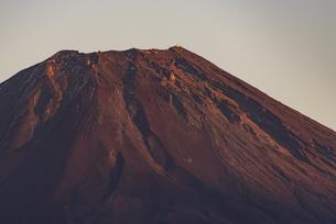 本栖湖からの展望:夕日に照らされる富士山頂の写真素材 [FYI04773836]