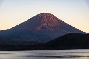 夕日に照らされる富士山と本栖湖の写真素材 [FYI04773837]
