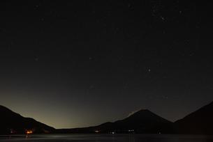 本栖湖から望む富士山と星空の写真素材 [FYI04773838]