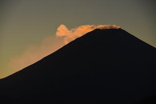 朝日に照らされる富士山頂部の雲の写真素材 [FYI04773839]