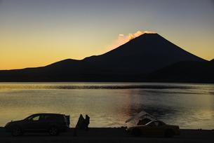 朝日に照らされる本栖湖と雲:富士山とキャンプのシルエットの写真素材 [FYI04773840]