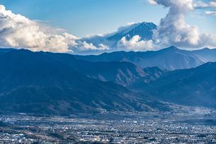 富士山と山梨市街の写真素材 [FYI04773843]