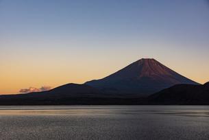 夕日に照らされる富士山と本栖湖の写真素材 [FYI04773847]