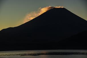 朝日に照らされる富士山頂部の雲の写真素材 [FYI04773848]
