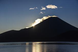 本栖湖から望む富士山と日の出の写真素材 [FYI04773849]