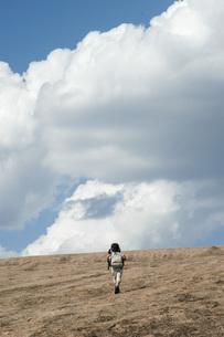 ハイキング 岩を登る子どもの写真素材 [FYI04773850]
