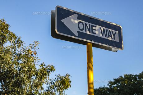 道路標識一方通行 ONEWAYのサインの写真素材 [FYI04773851]