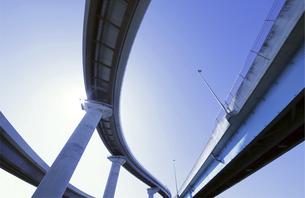 空をかける高速道路の写真素材 [FYI04773855]