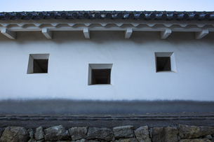 黒かびが発生している姫路城の土塀の写真素材 [FYI04773972]