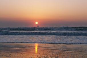 九十九里の日の出の写真素材 [FYI04773987]