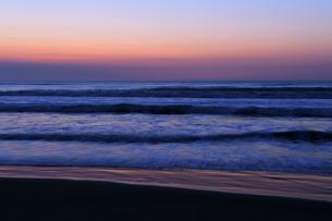 夜明けの九十九里の海の写真素材 [FYI04773991]