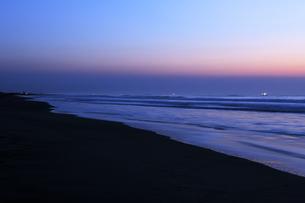 夜明けの九十九里の海の写真素材 [FYI04773993]