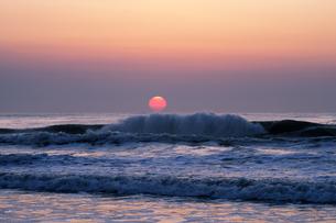 九十九里の日の出の写真素材 [FYI04773995]