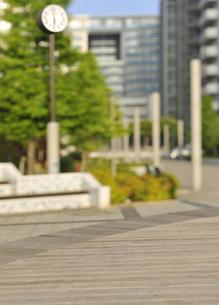 公園のボードウオークと時計台の写真素材 [FYI04774011]