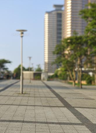 石畳の道と高層タワーマンションの写真素材 [FYI04774021]