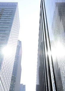 銀色に輝く丸の内の高層ビルの写真素材 [FYI04774025]